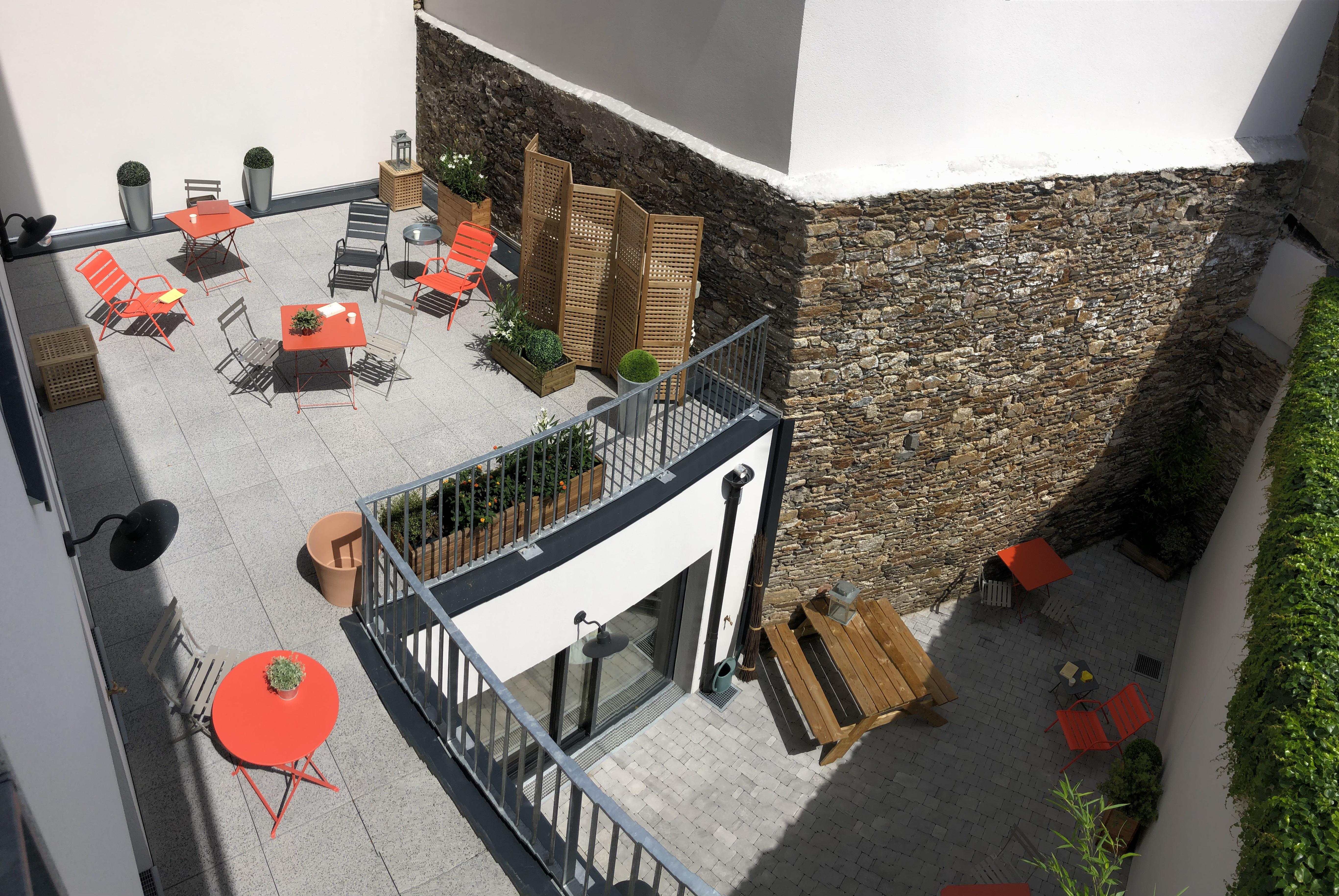 Le coworking Lecorner dispose d'une terrasse végétalisée ainsi que d'un patio orientés plein Sud accessibles à tous les coworkers pour travailler, se détendre ou prendre les repas